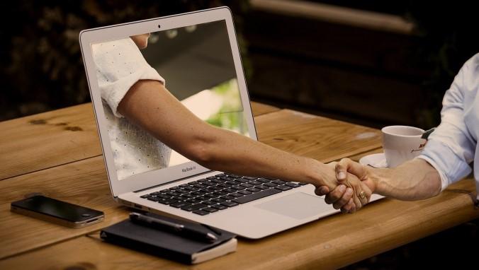 apretar la mano por la laptop