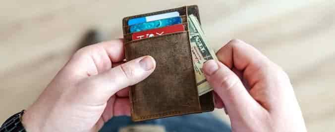 cartera con tarjetas y dinero en efectivo